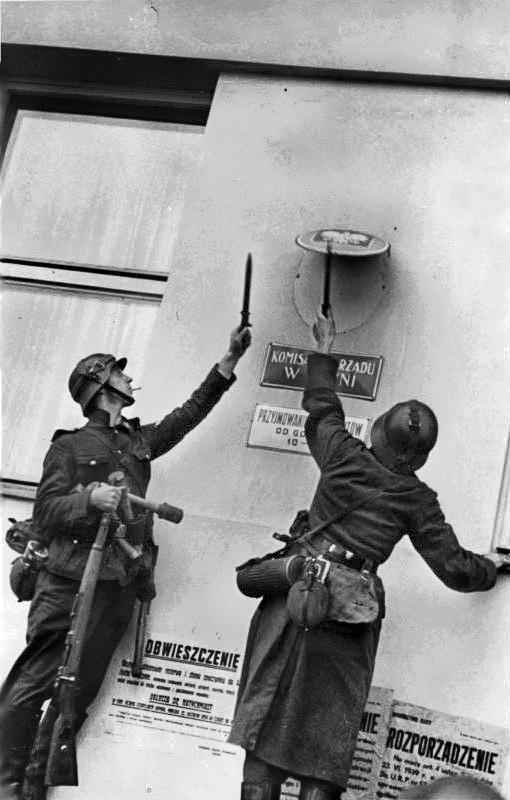 Zentralbild II. Weltkrieg 1939-45 Der Beginn des Polenfeldzuges am 1.9.1939. Soldaten der faschistischen deutschen Wehrmacht entfernen nach der Besetzung der Stadt Danzig das polnische Hoheitszeichen vom Geb‰ude der polnischen Post. 11516-39